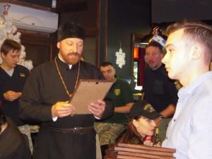 ВІННИЦЬКА ЄПАРХІЯ. Священик вручив грамоти лікарям-добровольцям