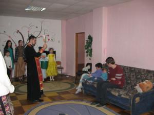 КИЇВСЬКА ЄПАРХІЯ. Духовенство Подільського благочиння привітало дітей та інвалідів зі святом Пасхи