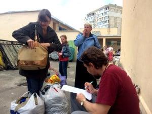 КИЇВ. Центр гуманітарної допомоги організував масову видачу речей для нужденних