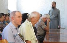 СИМФЕРОПОЛЬСКА ЕПАРХИЯ. Священник пообщался на духовные темы с сотрудниками предприятия общества слепых