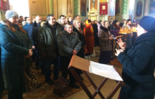 КИЇВ-МУКАЧЕВО. Сурдоперекладач Київської спільноти глухих для місцевих нечуючих людей здійснила переклад Літургії