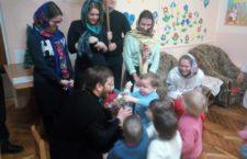 ВОЛИНСЬКА ЄПАРХІЯ. Православний молодіжний клуб «Зігрій любов'ю» відвідав будинок дитини у Луцьку