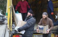 ЧЕРНІВЕЦЬКО-БУКОВИНСЬКА ЄПАРХІЯ. У Святогірській Лаврі брали гуманітарну допомогу
