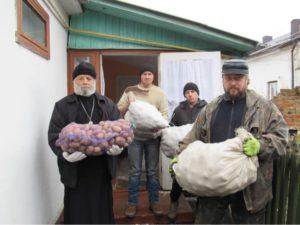 РОВЕНСКАЯ ЕПАРХИЯ УПЦ передала помощь дому престарелых на линии разграничения в Донецкой области