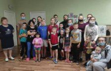 Православные волонтеры поздравили детей с началом нового учебного года и подарили продукты питания и рюкзаки, закупленные на средства неравнодушных людей.